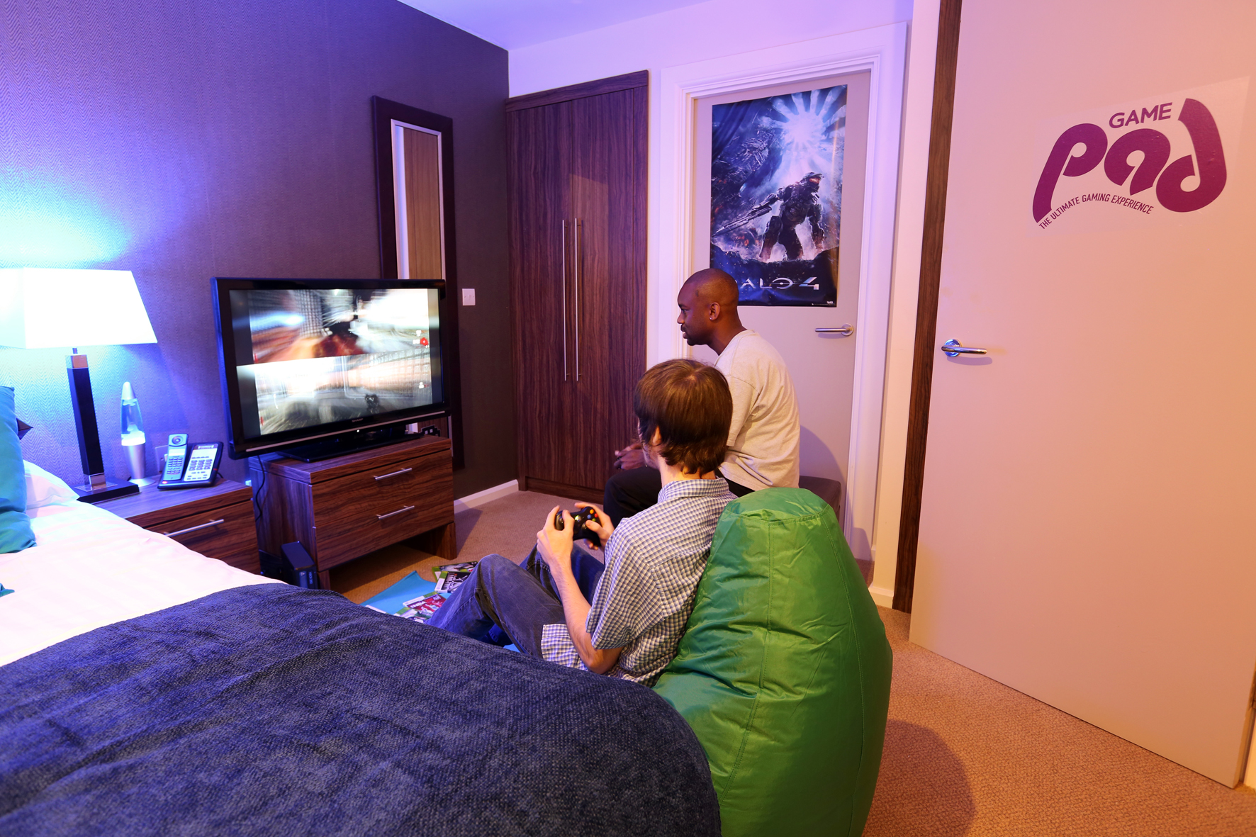 Closed a night in the game pad the average gamer for Chambre a part couple